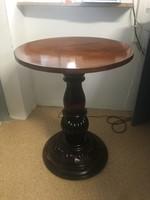 Reneszánsz kör asztal