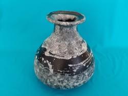 Gorka Lívia: Ritka formájú váza