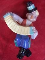 Komlós testvérek: A kis harmonikás legény  Színesen festett kerámiaszobor. Magassága: 19 cm.