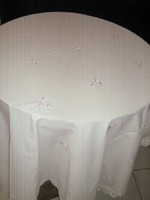 Könnyű fehér lila rózsás csipkés szélű vintage madeira terítő