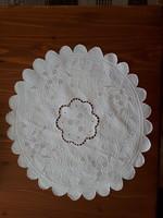Gyönyörű fehér hímzett, azsúrozott kerek terítő, átmérője 40 cm