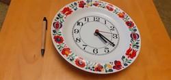 Hollóházi porcelán tányér óra, népművészeti mintával. Mérete: 280mm.