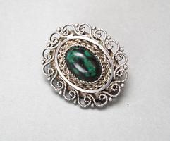 Izraeli filigrán ezüst bross/medál, zöldes kővel.