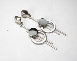 Modern ezüst fülbevaló onix kővel.