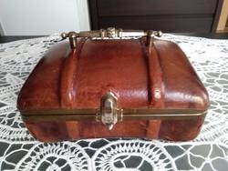Barna bőrből készült ékszertartó doboz, piros bársony belsővel, réz díszítéssel!