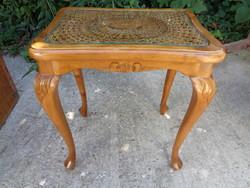 Kis asztal nádazott