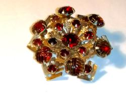 Vintage art novau formájú vörös kövekkel díszített bross, kitűző  100.
