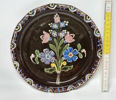 """""""Kis. S."""" Kis Sándor, """"H.M.V."""" Hódmezővásárhely jelzett virágmintás népi kerámia falitányér (1883)"""
