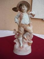Egy gyönyörű antik  porcelán szobor, kalapos ífjú ásóval, 33,5 cm magas, 1 forintról.