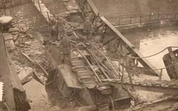 A Szent Quentin -csatorna csata Támadás alatt a megrongált híd leszakadt a tankkal