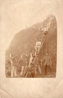 Huszárok széna bálázás közben, fegyver, katonák, egyenruha, éles kép, érdekes kép