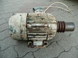 Régi, de hibátlan nagy teljesítményű, három ékszíj meghajtás kiállású villanymotor 2,2 kW