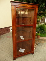 Meseszép állapotú intarziás biedermeier sarok vitrin, maximálisan stabil és szép
