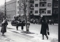 1956 fénykép modern előhívás/nagyítás 22x15 cm tank, integető emberek