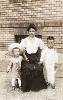 Családi kép, szép korai, anya és két gyerek, szép ruha, egyik gyerek katona ruhában, éles kép