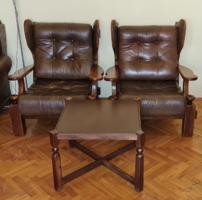 2 db tölgyfa bőrfotel, asztallal