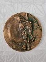 Felnyársalt alak bronz plakett RE jelzés