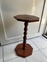Régi posztamens, szobortartó, kis asztal.