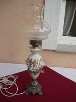 Egy szép nagy méretű porcelán testű, csíszolt üvegbúrás asztali lámpa..65 cm magas.