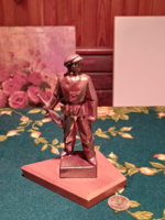 Retro socialist metal statue on wooden base with iridescent surface (gb16 / 2-19)