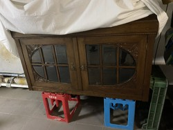 Üveges antik szekrény