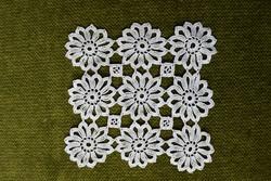 Horgolt csipke kézimunka lakástextil dekoráció kis méretű terítő asztalközép 12 x 12 cm