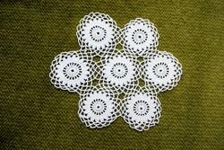 Horgolt csipke kézimunka lakástextil dekoráció kis méretű terítő asztalközép nipp alátét 11 cm