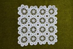 Horgolt csipke kézimunka lakástextil dekoráció kis méretű terítő asztalközép nipp alátét 15 x 15 cm