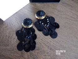 Fekete gyöngyös fülklipsz