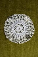 Horgolt csipke kézimunka lakástextil dekoráció kis méretű terítő asztalközép nipp alátét 10,5 cm