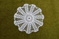 Horgolt csipke kézimunka lakástextil dekoráció kis méretű terítő asztalközép nipp alátét 9,5 cm