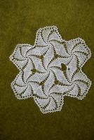 Horgolt csipke kézimunka lakástextil dekoráció kis méretű terítő asztalközép nipp alátét 18 cm