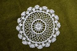 Horgolt csipke kézimunka lakástextil dekoráció kis méretű terítő asztalközép nipp alátét 14,5 cm