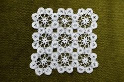 Horgolt csipke kézimunka lakástextil dekoráció kis méretű terítő asztalközép nipp alátét 12 cm