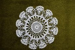 Horgolt csipke kézimunka lakástextil dekoráció kis méretű terítő asztalközép nipp alátét 13,5 cm