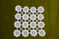Horgolt csipke kézimunka lakástextil dekoráció kis méretű terítő asztalközép nipp alátét 24 x 24 cm