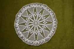 Horgolt csipke kézimunka lakástextil dekoráció kis méretű terítő asztalközép nipp alátét 27,5 cm