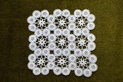 Horgolt csipke kézimunka lakástextil dekoráció kis méretű terítő asztalközép nipp alátét 12,5 cm