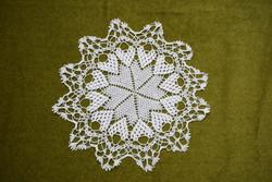 Horgolt csipke kézimunka lakástextil dekoráció kis méretű terítő asztalközép nipp alátét 29,5 cm