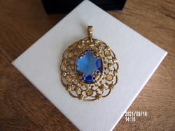 Aranyozott medál csiszolt kék kővel