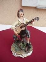 Fatörzsön üllő  gitáros énekes, jelzett,koronásN, Cappodimonte. 23 cm, 1 forintról.