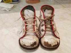 Régi bőr piros-fehér lakkcipő, gyerekcipő