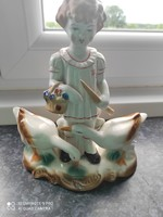 Fiú libakkal porcelan