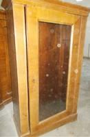 Üvegezett elejű Biedermeier szekrény.