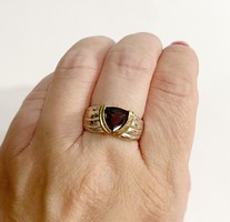 Csinos gránát köves ezüst gyűrű -925