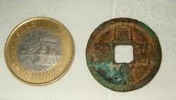 Nagyon régi kínai fém bronz ? pénz érme középen kocka nyílással nem tudom elolvasni mikori