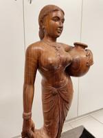 Indiai vízhordó asszony fa szobor