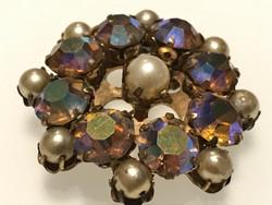 Régi bross irizáló kristályokkal, gyöngyökkel, 4,5 cm átmèrő