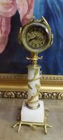 Antik, működő, asztali, oszlopon álló mechanikus óra
