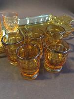 Likőrös poharak tálcán